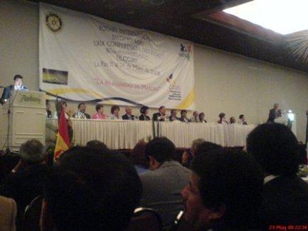 Autoridades en la mesa principal