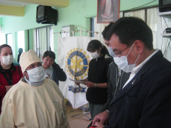 Pedro Loza y los rotaractianos Marisol Quiroga y Andrea Canedo