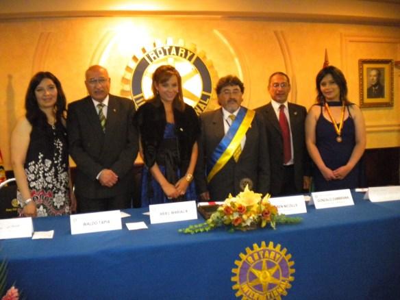 El Presidente de Rotary Sopocachi Ariel Mariaca y la Presidente de Rotaract Sopocachi Erika Uriona junto a las autoridades de la testera