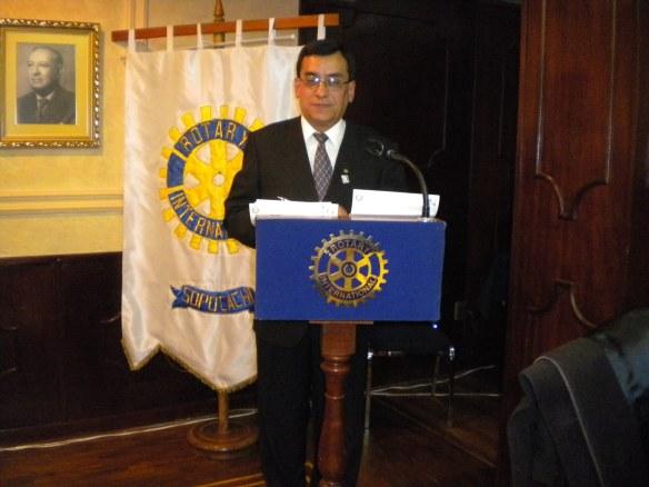 El maestro de ceremonias Past-Presidente Pedro Loza Alcoreza
