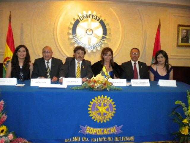 De izq a der. Cecilia Uriona Presidente de Rotaract Sopocachi, EGD Waldo Tapia, Ariel Mariaca, Presidente Karen Nicolls, AG Gonzalo Zambrana, Erika Uriona