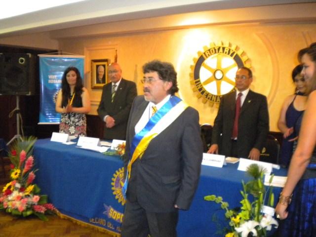 El Presidente Ariel Mariaca Mendieta luciendo la banda presidencial y la medalla.
